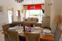 Обеденная зона. Кипр, Корал Бэй : Вилла с видом на море, с 3-мя спальнями, с бассейном, тенистой террасой с патио и барбекю, расположена в Coral Bay