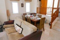 Гостиная. Кипр, Корал Бэй : Вилла с видом на море, с 3-мя спальнями, с бассейном, тенистой террасой с патио и барбекю, расположена в Coral Bay