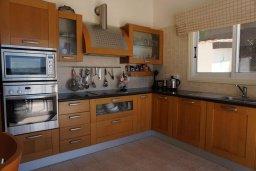 Кухня. Кипр, Корал Бэй : Вилла с видом на море, с 3-мя спальнями, с бассейном, тенистой террасой с патио и барбекю, расположена в Coral Bay