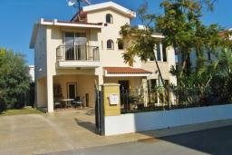 Фасад дома. Кипр, Декелия - Ороклини : Вилла с 4-мя спальнями, зелёным садом и детской площадкой расположена в Ларнаке
