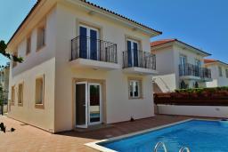 Фасад дома. Кипр, Ларнака город : Вилла с 3-мя спальнями, с бассейном и приватным двориком, расположена в Ларнаке