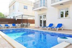 Бассейн. Кипр, Ларнака город : Вилла с 3-мя спальнями, с бассейном и приватным двориком, расположена в Ларнаке