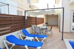 Зона отдыха у бассейна. Кипр, Ларнака город : Вилла с 3-мя спальнями, с бассейном и приватным двориком, расположена в Ларнаке