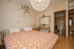 Спальня. Кипр, Гермасойя Лимассол : Апартамент в 100 метрах от моря, веранда с выходом к бассейну, большая гостиная, три отдельные спальни и две ванные комнаты, для 5 человек