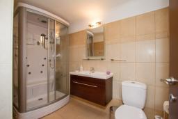 Ванная комната. Кипр, Гермасойя Лимассол : Апартамент в 100 метрах от моря, веранда с выходом к бассейну, большая гостиная, три отдельные спальни и две ванные комнаты, для 5 человек