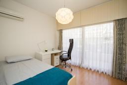Спальня 2. Кипр, Гермасойя Лимассол : Апартамент в 100 метрах от моря, веранда с выходом к бассейну, большая гостиная, три отдельные спальни и две ванные комнаты, для 5 человек