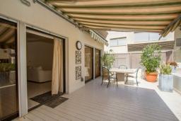 Терраса. Кипр, Гермасойя Лимассол : Апартамент в 100 метрах от моря, веранда с выходом к бассейну, большая гостиная, три отдельные спальни и две ванные комнаты, для 5 человек
