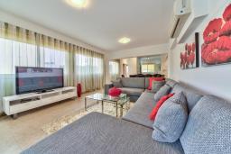 Кипр, Мутаяка Лимассол : Апартамент с просторной гостиной, тремя отдельными спальнями и двумя ванными комнатами, для 6 человек