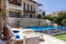 Фасад дома. Кипр, Афродита Хиллз : Шикарная вилла с 5-ю спальнями, с бассейном с джакузи, с lounge-зоной, расположена в Афродита Хиллз