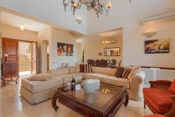 Гостиная. Кипр, Афродита Хиллз : Шикарная вилла с 5-ю спальнями, с бассейном с джакузи, с lounge-зоной, расположена в Афродита Хиллз