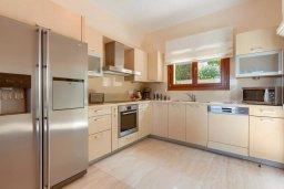 Кухня. Кипр, Афродита Хиллз : Шикарная вилла с 5-ю спальнями, с бассейном с джакузи, с lounge-зоной, расположена в Афродита Хиллз