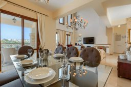 Обеденная зона. Кипр, Афродита Хиллз : Шикарная вилла с 5-ю спальнями, с бассейном с джакузи, с lounge-зоной, расположена в Афродита Хиллз