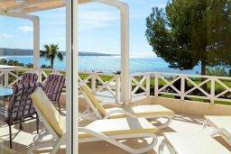 Терраса. Кипр, Корал Бэй : Роскошный апартамент в комплексе с бассейном и теннисным кортом, 100 метрах от пляжа, с гостиной, двумя спальнями, двумя ванными комнатами и террасой с видом на море