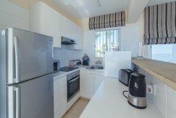 Кухня. Кипр, Корал Бэй : Роскошный апартамент в комплексе с бассейном и теннисным кортом, 100 метрах от пляжа, с гостиной, двумя спальнями, двумя ванными комнатами и террасой с видом на море