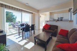 Гостиная. Кипр, Корал Бэй : Роскошный апартамент в комплексе с бассейном и теннисным кортом, 100 метрах от пляжа, с гостиной, двумя спальнями, двумя ванными комнатами и террасой с видом на море