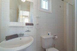 Ванная комната. Кипр, Корал Бэй : Роскошный апартамент в комплексе с бассейном и теннисным кортом, 100 метрах от пляжа, с гостиной, двумя спальнями, двумя ванными комнатами и террасой с видом на море