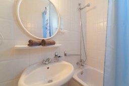 Ванная комната 2. Кипр, Корал Бэй : Роскошный апартамент в комплексе с бассейном и теннисным кортом, 100 метрах от пляжа, с гостиной, двумя спальнями, двумя ванными комнатами и террасой с видом на море