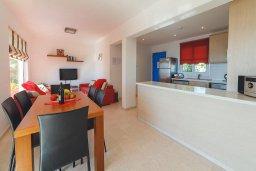 Гостиная. Кипр, Корал Бэй : Роскошный апартамент в комплексе с бассейном и теннисным кортом, 100 метрах от пляжа, с гостиной, двумя спальнями и балконом с видом на море