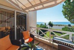Балкон. Кипр, Корал Бэй : Роскошный апартамент в комплексе с бассейном и теннисным кортом, 100 метрах от пляжа, с гостиной, двумя спальнями и балконом с видом на море