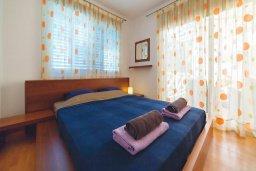 Спальня 2. Кипр, Корал Бэй : Роскошный апартамент в комплексе с бассейном и теннисным кортом, 100 метрах от пляжа, с гостиной, двумя спальнями и балконом с видом на море