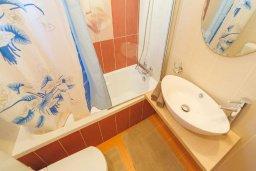 Ванная комната. Кипр, Корал Бэй : Роскошный апартамент в комплексе с бассейном и теннисным кортом, 100 метрах от пляжа, с гостиной, двумя спальнями и балконом с видом на море