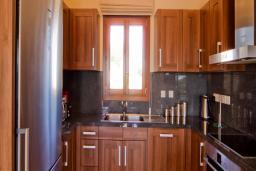 Кипр, Афродита Хиллз : Комфортабельная вилла с 4-мя спальнями, с бассейном, зелёным садом с патио и барбекю, расположена в Афродита Хиллз