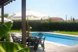 Кипр, Киссонерга : Вилла с 2-мя спальнями, с бассейном, патио и барбекю, расположена в Coral Bay