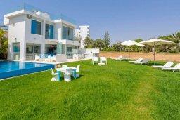 Фасад дома. Кипр, Пернера : Современная вилла с шикарным видом на море, с 4-мя спальнями, бассейном и солнечной террасой с патио, расположена в 100 метрах от пляжа