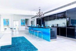 Кухня. Кипр, Пернера : Современная вилла с шикарным видом на море, с 4-мя спальнями, бассейном и солнечной террасой с патио, расположена в 100 метрах от пляжа