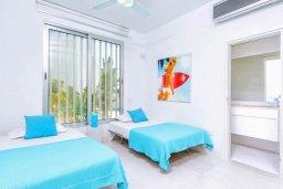 Спальня 2. Кипр, Пернера : Современная вилла с шикарным видом на море, с 4-мя спальнями, бассейном и солнечной террасой с патио, расположена в 100 метрах от пляжа
