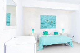Спальня 3. Кипр, Пернера : Современная вилла с шикарным видом на море, с 4-мя спальнями, бассейном и солнечной террасой с патио, расположена в 100 метрах от пляжа