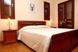 Кипр, Афродита Хиллз : Шикарная вилла с 3-мя спальнями, с бассейном, с пышным красивым садом, с патио и барбекю
