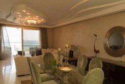Гостиная. Кипр, Айос Тихонас Лимассол : Шикарный апартамент в 20 метрах от пляжа, с балконом и видом на море, с двумя гостиными, тремя отдельными спальнями и двумя ванными комнатами