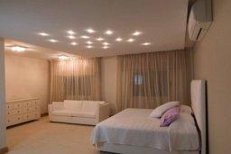 Спальня. Кипр, Айос Тихонас Лимассол : Шикарный апартамент в 20 метрах от пляжа, с балконом и видом на море, с двумя гостиными, тремя отдельными спальнями и двумя ванными комнатами