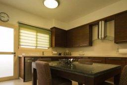 Кухня. Кипр, Айос Тихонас Лимассол : Шикарный апартамент в 20 метрах от пляжа, с балконом и видом на море, с двумя гостиными, тремя отдельными спальнями и двумя ванными комнатами