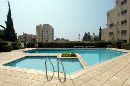 Бассейн. Кипр, Айос Тихонас Лимассол : Апартамент в комплексе с бассейном, с гостиной и двумя отдельными спальнями, для 4 человек
