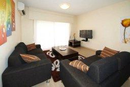 Гостиная. Кипр, Айос Тихонас Лимассол : Апартамент в комплексе с бассейном, с гостиной и двумя отдельными спальнями, для 4 человек