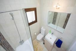 Ванная комната. Кипр, Коннос Бэй : Роскошная вилла с бассейном и джакузи, с 4-мя спальнями, зелёным садом, lounge-зоной, барбекю и сауной