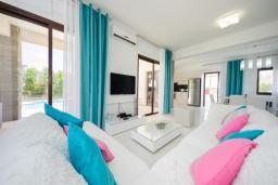 Гостиная. Кипр, Коннос Бэй : Роскошная вилла с бассейном и джакузи, с 4-мя спальнями, зелёным садом, lounge-зоной, барбекю и сауной