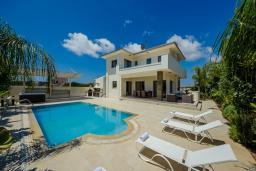 Фасад дома. Кипр, Коннос Бэй : Роскошная вилла с бассейном и джакузи, с 4-мя спальнями, зелёным садом, lounge-зоной, барбекю и сауной