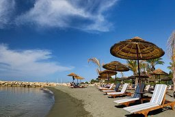 Пляж Amathus Beach в центре Лимассола