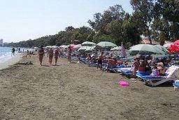 Пляж Armonia beach в центре Лимассола