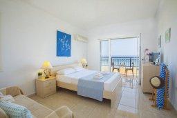 Спальня 3. Кипр, Пернера : Великолепная современная вилла с панорамным видом на Средиземное море, с 4-мя спальнями, приватной зелёной территорией с патио и барбекю, расположена на побережье около пляжа Kalamies Beach