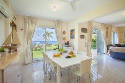 Обеденная зона. Кипр, Пернера : Великолепная современная вилла с панорамным видом на Средиземное море, с 4-мя спальнями, приватной зелёной территорией с патио и барбекю, расположена на побережье около пляжа Kalamies Beach