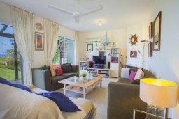 Гостиная. Кипр, Пернера : Великолепная современная вилла с панорамным видом на Средиземное море, с 4-мя спальнями, приватной зелёной территорией с патио и барбекю, расположена на побережье около пляжа Kalamies Beach