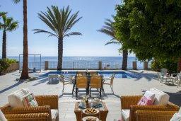 Территория. Кипр, Менеу : Шикарная вилла с 5-ю спальнями, с бассейном, в окружении пышного зелёного сада, с тенистой террасой с патио и барбекю, расположена в закрытом комплексе у пляжа Kiti Beach
