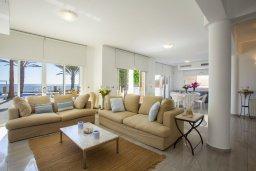 Гостиная. Кипр, Менеу : Шикарная вилла возле пляжа с бассейном и уютным полностью меблированным садом, расположена в закрытом комплексе у пляжа Kiti Beach