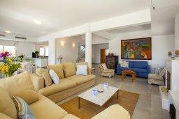 Гостиная. Кипр, Менеу : Шикарная вилла с 5-ю спальнями, с бассейном, в окружении пышного зелёного сада, с тенистой террасой с патио и барбекю, расположена в закрытом комплексе у пляжа Kiti Beach