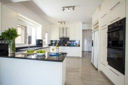 Кухня. Кипр, Менеу : Шикарная вилла с 5-ю спальнями, с бассейном, в окружении пышного зелёного сада, с тенистой террасой с патио и барбекю, расположена в закрытом комплексе у пляжа Kiti Beach