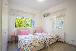Спальня. Кипр, Менеу : Шикарная вилла с 5-ю спальнями, с бассейном, в окружении пышного зелёного сада, с тенистой террасой с патио и барбекю, расположена в закрытом комплексе у пляжа Kiti Beach